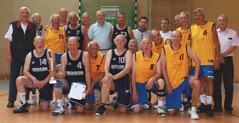 12. Deutsche Meisterschaft der Ü65. Nach der Siegerehrung. Der neue Deutsche Meister SG Wolfenbüttel (blaue Trikots), der zweitplatzierte die SG Bernau (gelbe Trikots) und die Offiziellen.