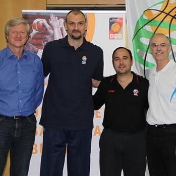 FIBA Europe Coaching Coordinator Michael Schwarz, Zan Tabak, Jesus Mateo, DBB-Vizepäsident für Bildung und Sportentwicklung, Prof. Lothar Bösing (v.l.n.r.) Foto: BAK